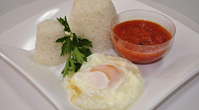 Arroz blanco con huevo frito