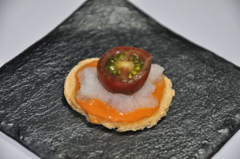 Tapa de gazpacho con tomate y cebolla