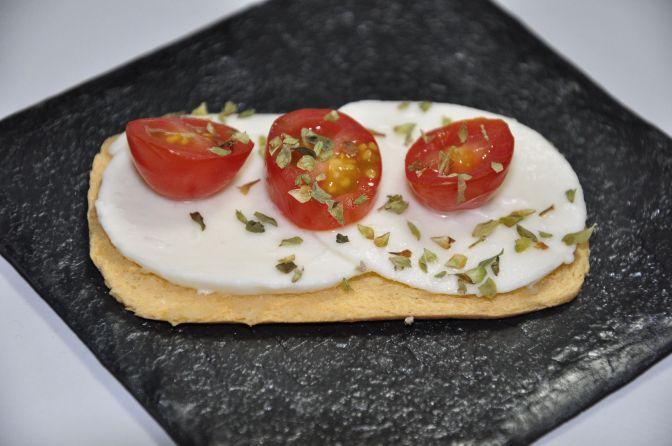 Tapa de mozzarela con tomate y orégano