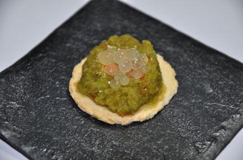 Tapa de pimiento con gazpacho y ajo con perlas de cebolla y pimiento