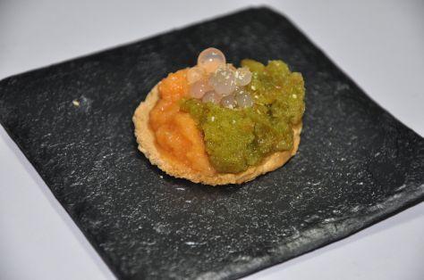 Tapa de pimiento con gazpacho y ajo con perlas de pimiento y cebolla