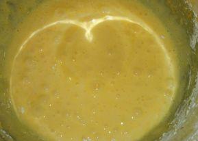 yemas-con-azucar-y-harina-de-maiz-mezclados