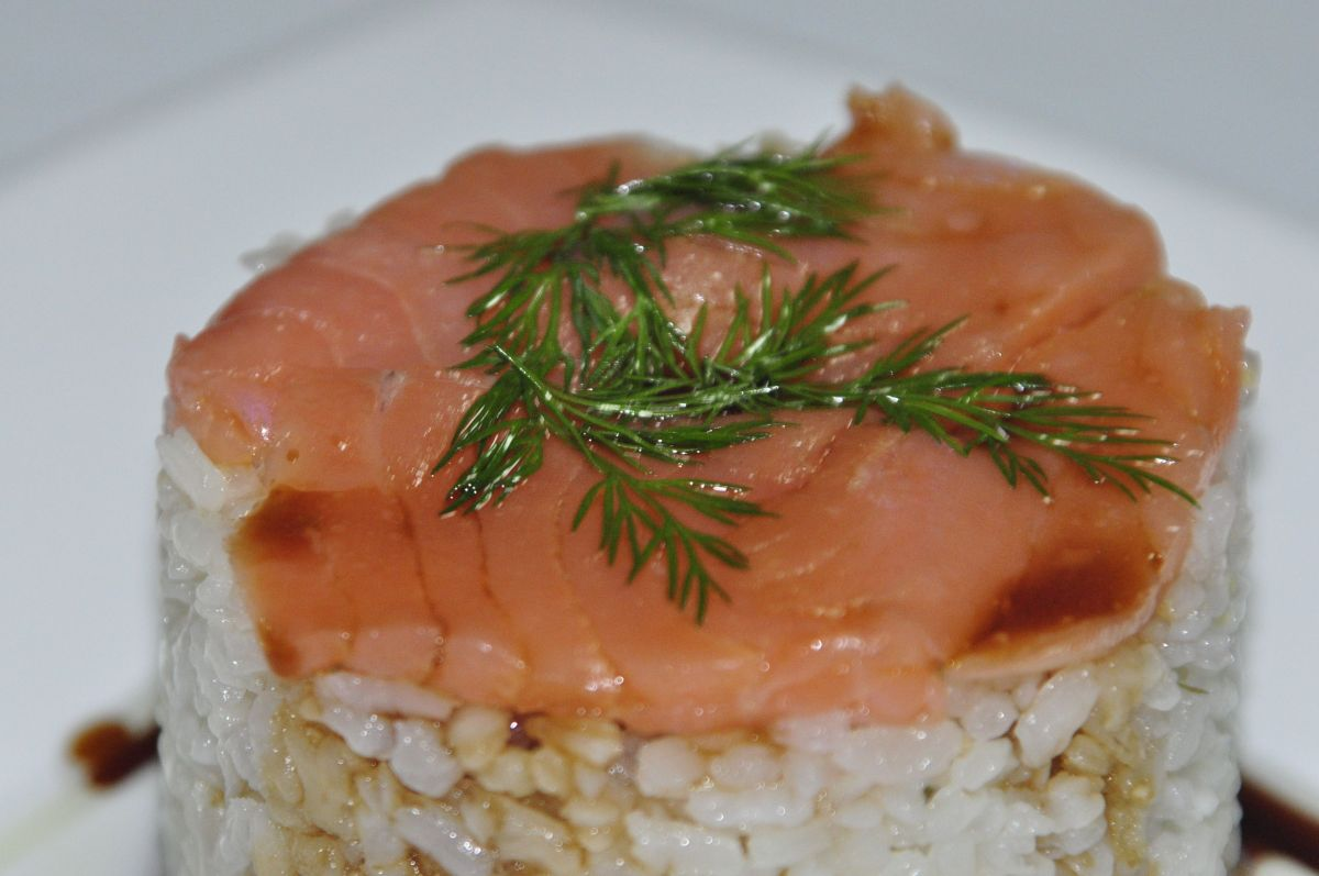 Timbal de arroz y salmón