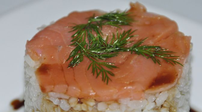 Timbal de arroz con salmón ahumado
