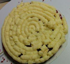 Primera capa de bizcocho red velvet con crema pastelera
