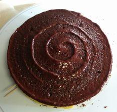 Primera capa de bizcocho de chocolate con cobertura de chocolate