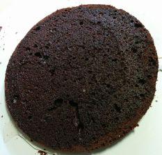 Primera capa de bizcocho de chocolate con almíbar