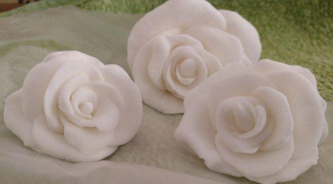 Rosas de fondant blanco