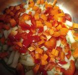 Cebolla con aceite, pimiento rojo y zanahoria