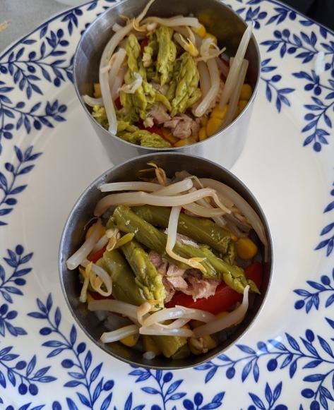 Emplatado de ensalada templada. Paso 3 - Pimiento rojo, espárragos trigueros, atún y brotes verdes