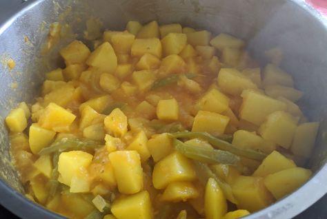 Patatas guisadas con pimientos en olla