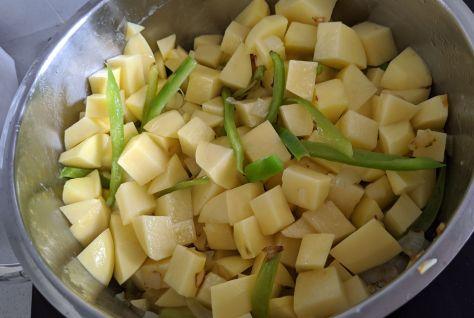 Preparación de patatas guisadas con pimientos