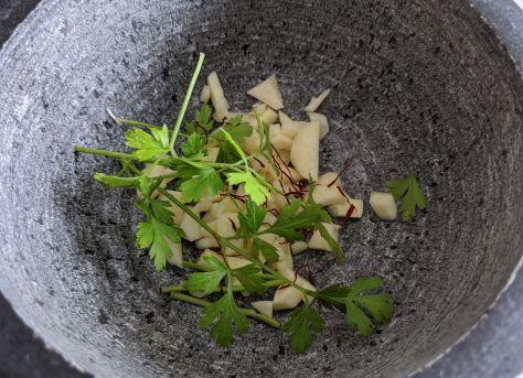 Preparado de majado de perejil, azafrán, ajo y sal 2