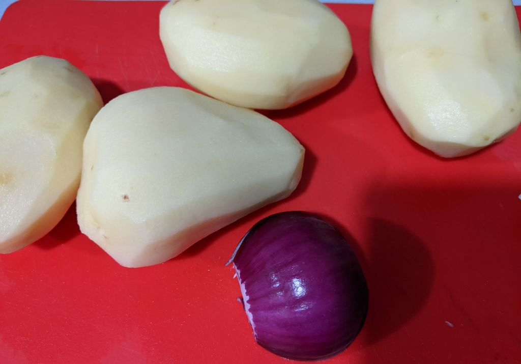 4 patatas y media cebolla